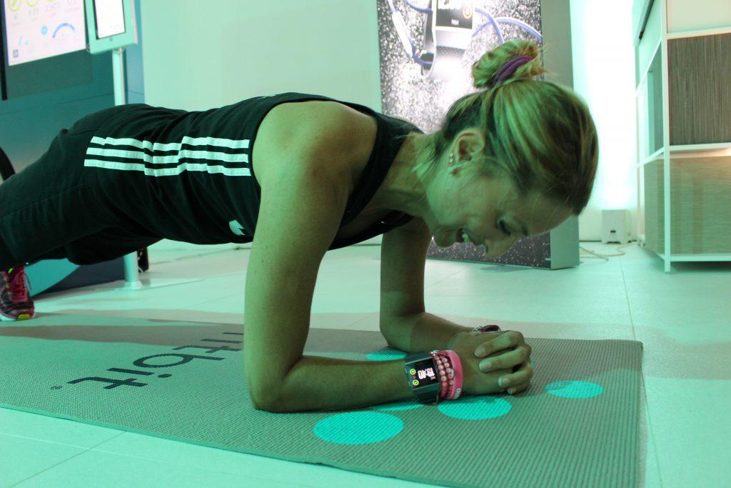 Fitbit Ionic al polso di Daniela Schicchi durante l'evento di presentazione, mentre fa degli addominali a terra