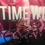 Daniela Schicchi è appoggiata e accovacciata accanto a una bici Giant, in occasione dell'edizione di Cosmobike 2017. La bici è all'esterno dello stand Shimano
