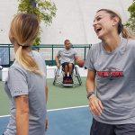 Daniela Schicchi ride divertita, in occasione della partita di basket per il lancio del brand Tarmak, firmato Decathlon. Si trova in campo e sorride con una collega