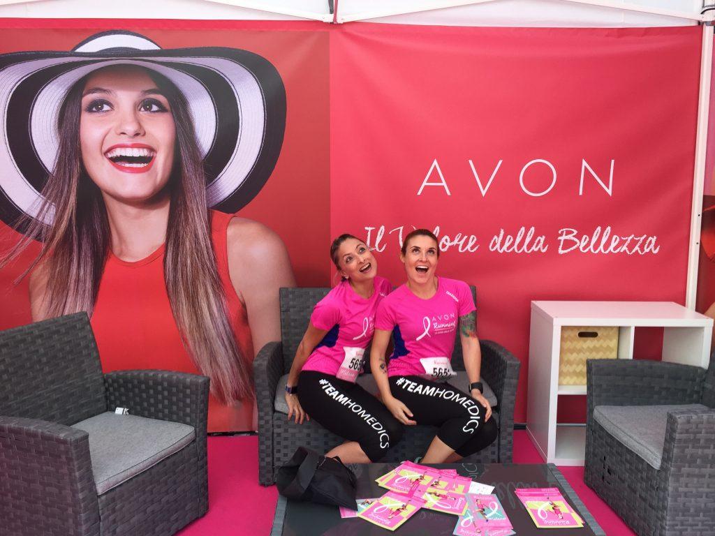 Daniela Schicchi e Melissa Zino sedute sul divanetto allo stand Avon ridono e si divertono