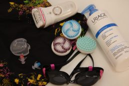 silk epil 9 è appoggiato sul tavolo insieme a un paio di occhialini per nuotare, un costume da bagno e la crema xèmose lait emollient di uriage