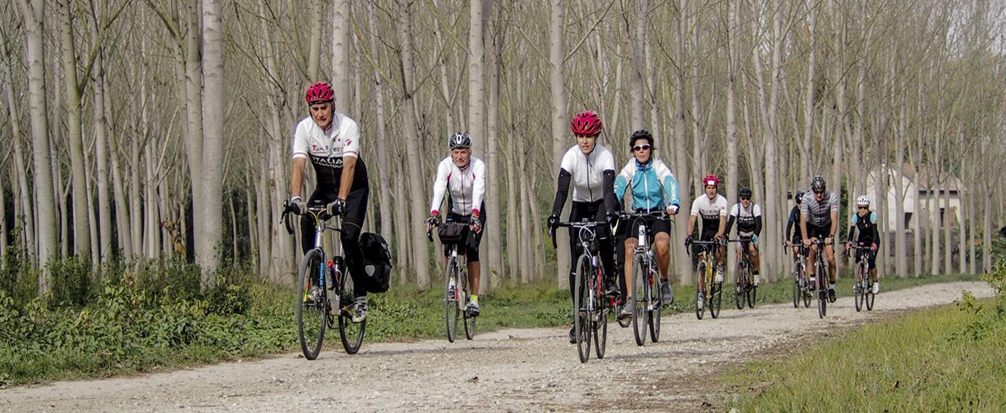 Il gruppo dei Turbolento che pedala