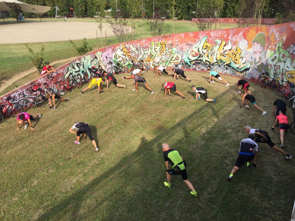 La sosta stretching durante la Fitness Ride, provando la bici da corsa