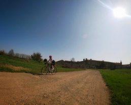 pedalando lungo le strade bianche dei Navigli per la Milano Gravel Roads di primavera