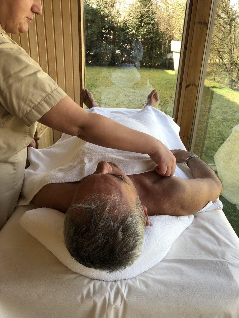 Cascina Caremma massaggio al fieno con cabina vista sul giardino e la campagna