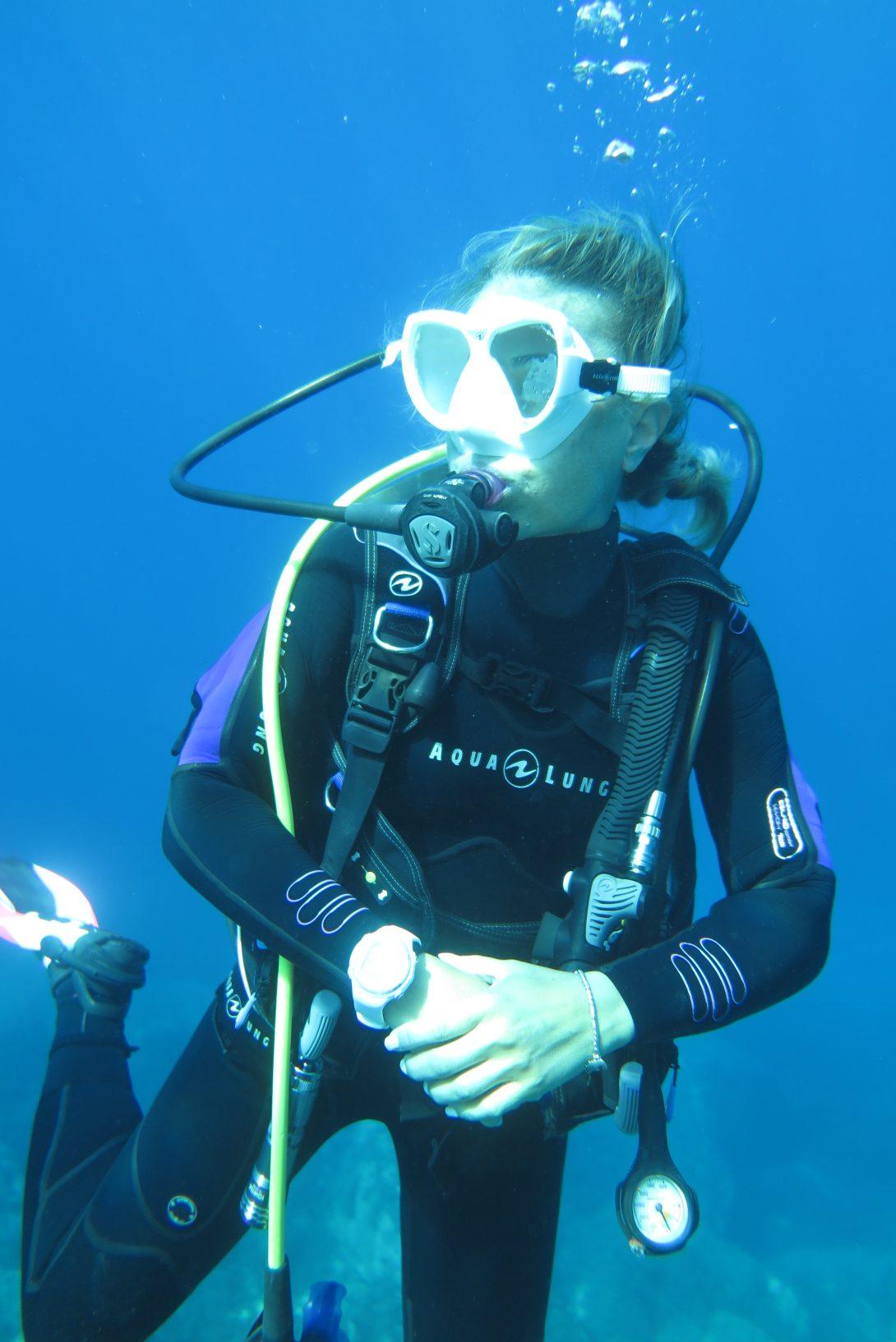 Galleggiando durante un'Immersione al Chia Laguna Diving Center,