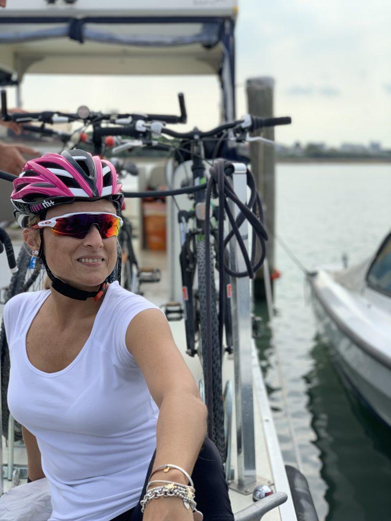 La barca di Somewhere Tours trasporta bici e passeggeri lungo la laguna di Marano