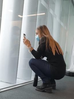 Daniela che guarda fuori dal vetro con la mascherina durante il lockdown del 2020. Depressione e chili di troppo